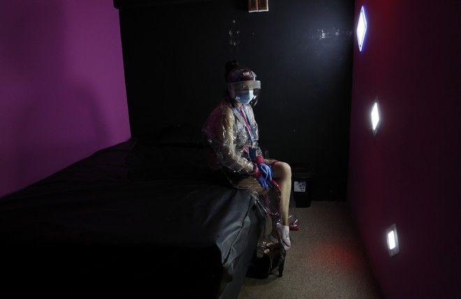 Σεξ εργάτρια φοράει προστατευτική μάσκα για τον κορονοϊό