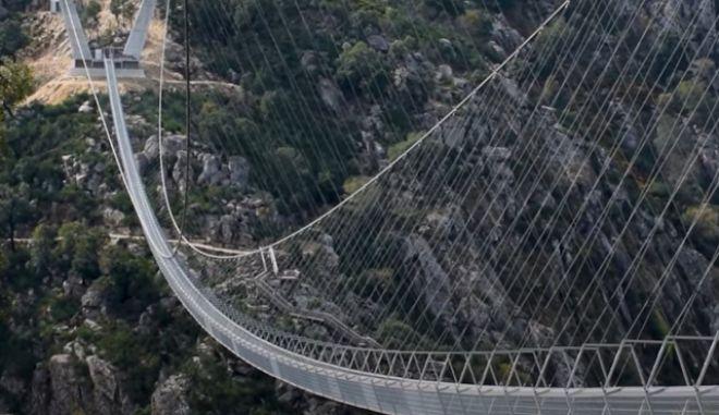 Πορτογαλία: Άνοιξε η μακρύτερη κρεμαστή πεζογέφυρα στον κόσμο