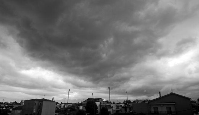 """Σύννεφα καταιγίδας πάνω από την πόλη των Τρικάλων κατά το πέρασμα της κακοκαιρίας """"Θάλεια"""".  (EUROKINISSI/ΘΑΝΑΣΗΣ ΚΑΛΛΙΑΡΑΣ)"""