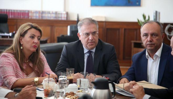 Ο υπουργός εσωτερικών με τους νεοεκλεγέντες δημάρχους της Θεσσαλονικης.