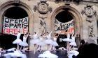 Κινητοποιήσεις στη Γαλλία: Μπαλαρίνες διαδηλώνουν στον ρυθμό της Λίμνης των Κύκνων
