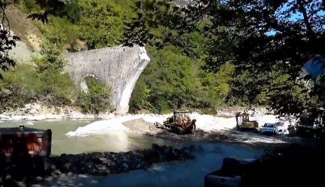 Σε πλήρη ανάπτυξη τα έργα για την αποκατάσταση του γεφυριού της Πλάκας