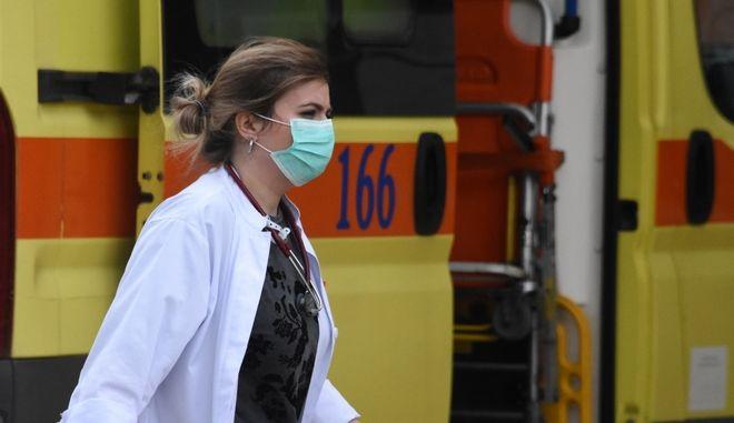 Ασθενοφόρο και νοσηλεύτρια έξω από νοσοκομείο