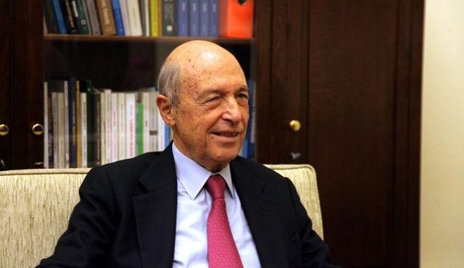 Ο αντιπρόεδρος της κυβέρνησης και υπουργίός Εξωτερικών Ευάγγελος Βενιζέλος συνομιλεί με τον πρώην πρωθυπουργό και πρόεδρο του ΠΑΣΟΚ, Κώστα Σημίτη στην συνάντησή τους την Παρασκευή 21 Νοεμβρίου 2014. (EUROKINISSI/ΓΕΩΡΓΙΑ ΠΑΝΑΓΟΠΟΥΛΟΥ)