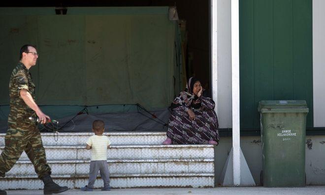 Guardian: Έκλεισαν την Ειδομένη και τους πήγαν σε μέρη που δεν κάνουν ούτε για σκυλιά