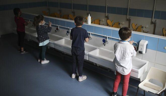 Παιδιά πλένουν τα χέρια τους σε σχολείο της Γαλλίας (AP Photo/Daniel Cole)