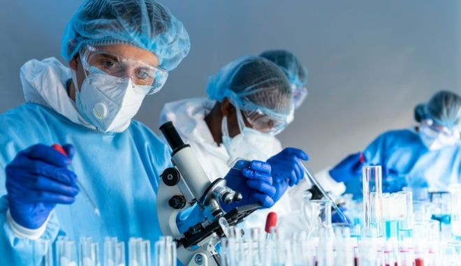 Επιστήμονες σε εργαστήριο.