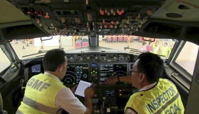 Επιθεωρητές διενεργούν έρευνες σε Boeing 737 Max 8, μετά τη συντριβή παρόμοιου τύπου αεροσκάφους στην Ινδονησία