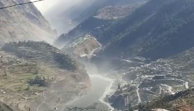 Η στιγμή της κατάρρευσης τμήματος του παγετώνα.