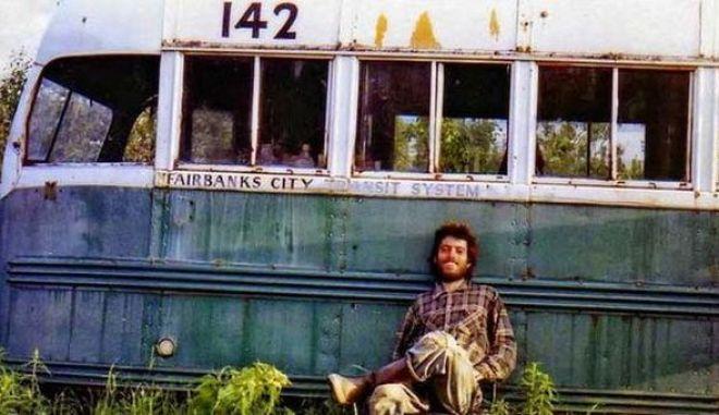Μηχανή του Χρόνου: Ζωή στην άγρια φύση. Έμενε στο 'Magic bus' της Αλάσκας και η ζωή του έγινε ταινία από τον Σον Πεν