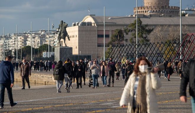 Κόσμος με μάσκα στη Θεσσαλονίκη