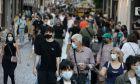 Κόσμος με μάσκες περπατά στην Ερμού στην Αθήνα