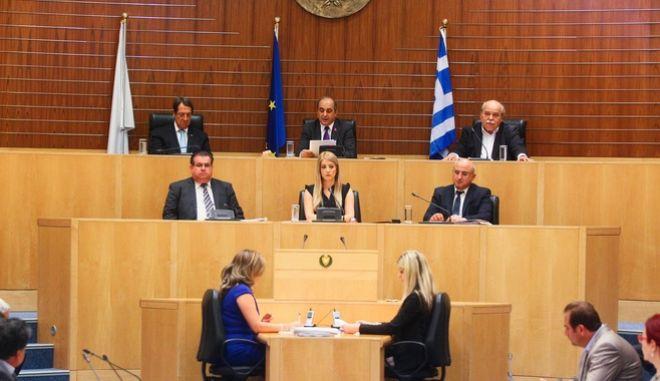 Παράδοση στη Βουλή των Αντιπροσώπων της Κυπριακής Δημοκρατίας του Φακέλλου της Κύπρου από τον Πρόεδρο της Βουλής των Ελλήνων Νίκο Βούτση στον Πρόεδρο της Βουλής των Αντιπροσώπων της Κυπριακής Δημοκρατίας, Δημήτρη Συλλούρη, σε ειδική συνεδρία της ολομέλειας της Βουλής των Αντιπροσώπων, παρουσία του Προέδρου της Κυπριακής Δημοκρατίας κ. Νίκου Αναστασιάδη, με την υπογραφή του σχετικού πρωτοκόλλου, την Παρασκευή 14 Ιουλίου 2017. (EUROKINISSI/ΒΟΥΛΗ ΤΩΝ ΕΛΛΗΝΩΝ)