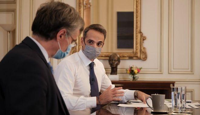 Στιγμιότυπο από τις ανακοινώσεις και τη συνέντευξη τύπου του Πρωθυπουργού Κυριάκου Μητσοτάκη παρουσία του καθηγητή Σωτήρη Τσιόδρα.