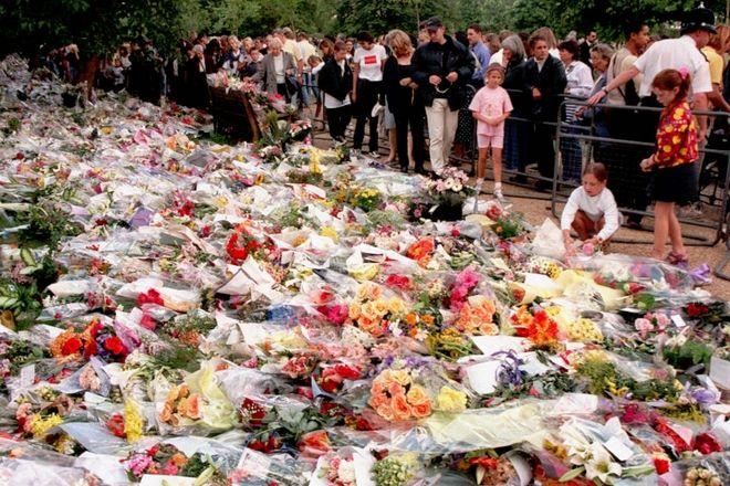 Πλήθος κόσμου άφηνε λουλούδια τις επόμενες μέρες του θανάτου της Νταϊάνα