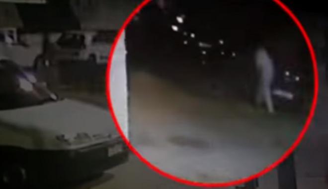 Βίντεο: Η στιγμή που άνδρας φέρεται να πετά το νεκρό βρέφος στα σκουπίδια