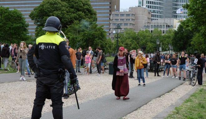 Πορεία διαμαρτυρίας για τους κανόνες κοινωνικής αποστασιοποίησης που έχουν επιβληθεί λόγω του κορονοϊού, στην Ολλανδία