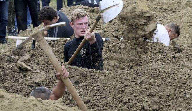 Σλοβακία: Το πιο γρήγορο φτυάρι σε αγώνα σκάψιμου τάφου
