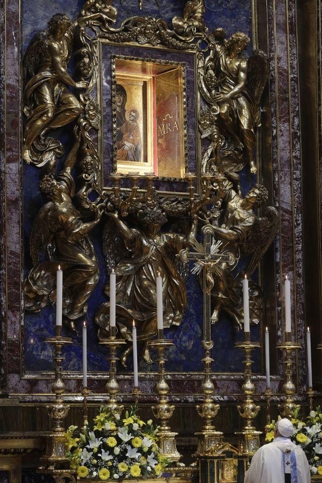 Ο Πάπας προσεύχεται