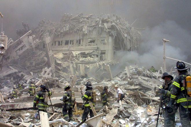 Πυροσβέστες στα συντρίμμια των Δίδυμων Πύργων
