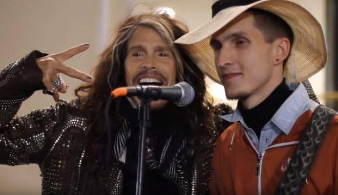 Βίντεο: Πλανόδιος μουσικός τραγουδάει Aerosmith και εμφανίζεται ο Steve Tyler