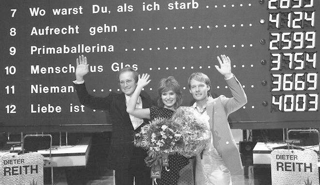 Το τραγούδι της Δυτικής Γερμανίας κερδίζει το εισιτήριο για τον διαγωνισμό το 1984 και οι συντελεστές του, μαζί με την ερμηνεύτρια Mary Roos πανηγυρίζουν τη νίκη μπροστά στον φωτεινό πίνακα των αποτελεσμάτων