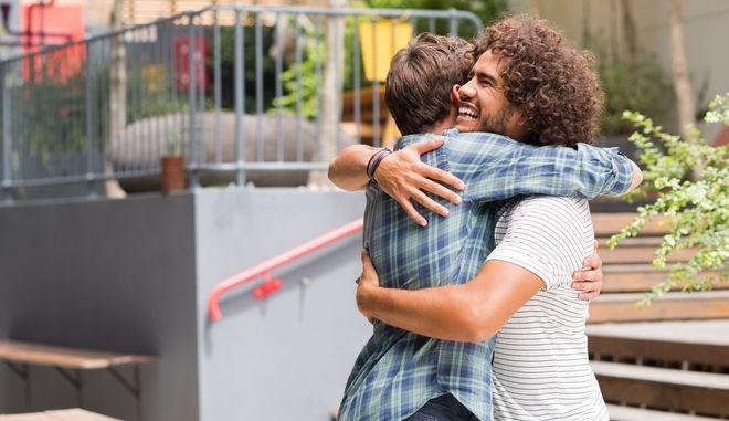 Guardian: Η σημασία της αγκαλιάς που τόσο λείπει απο τη ζωή μας