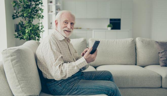 """Ηλικιωμένος χήρος """"ζήτησε"""" νέους φίλους και δέχθηκε χιλιάδες μηνύματα"""