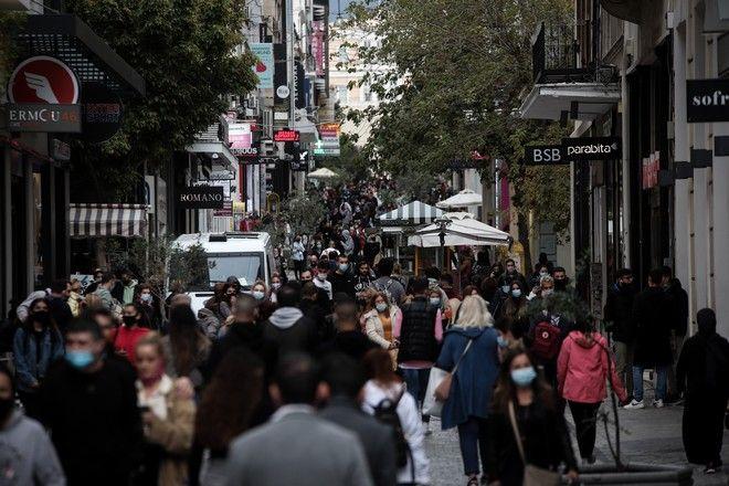 Κίνηση και ουρές σε καταστήματα στην Ερμού μία ημέρα πριν την γενική απαγόρευση κυκλοφορίας σε ολόκληρη την χώρα