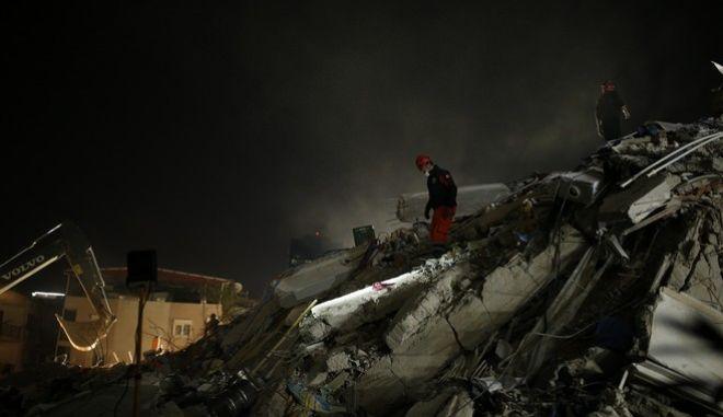 Ολονύχτιες έρευνες των σωστικών συνεργείων στην Σμύρνη, μετά τον σεισμό στα βόρεια της Σάμου