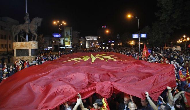 Υποστηρικτές της αποχής πραγματοποίησαν συγκέντρωση μετά το τέλος του δημοψηφίσματος της Κυριακής