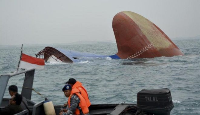 Indonesia rescuers approach a sunken freighter MV Thorco Cloud in the Singapore Strait off the Indonesian island of Batam , Thursday, Dec. 17, 2015. The freighter sank after colliding with a tanker on Wednesday. Rescuers have saved six crewmen from choppy waters while six others still missing. (AP Photo/Pangestu)