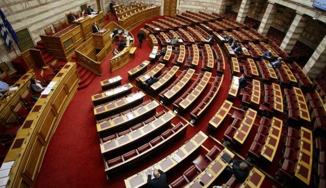 """Μόνη συζήτηση και ψήφιση επί της αρχής, των άρθρων και του συνόλου του σχεδίου νόμου του Υπουργείου Οικονομικών """"Ενσωμάτωση στην εθνική νομοθεσία της Οδηγίας 2014/92/ΕΕ του Ευρωπαϊκού Κοινοβουλίου και του Συμβουλίου της 23ης Ιουλίου 2014 για τη συγκρισιμότητα των τελών που συνδέονται με λογαριασμούς πληρωμών, την αλλαγή λογαριασμού πληρωμών και την πρόσβαση σε λογαριασμούς πληρωμών με βασικά χαρακτηριστικά και άλλες διατάξεις"""", την Τετάρτη 39 Μαρτίου 2017, στην Ολομέλεια της Βουλής. (EUROKINISSI/ΓΙΩΡΓΟΣ ΚΟΝΤΑΡΙΝΗΣ)"""