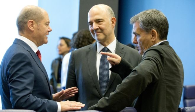 Ο Ε.Τσακαλώτος συνομιλεί με τον Πιέρ Μοσκοβισί και τον Όλαφ Σόλτς, σε συνεδρίαση του Eurogroup
