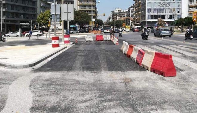 Θεσσαλονίκη: Απομακρύνονται οι λαμαρίνες από το συντριβάνι