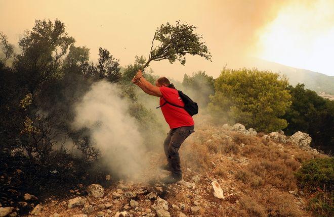 Φωτιά: Δραματική η κατάσταση κοντά στα Βίλια - Καίγονται σπίτια
