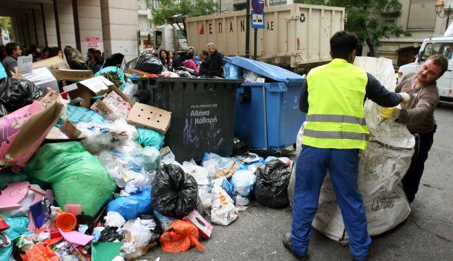 Ενώ σήμερα συζητείται η προσφυγή του Δήμου Αθηναίων για την κήρυξη της απεργίας της ΠΟΕ-ΟΤΑ σε παράνομη και καταχρηστική,συνεχίζεται η αποκομιδή των απορριμάτων από ιδιωτικές εταιρείες,Δευτέρα 17 Οκτωβρίου 2011 (EUROKINISSI /ΤΑΤΙΑΝΑ ΜΠΟΛΑΡΗ)