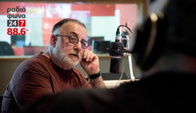 Θάνος Μικρούτσικος στο Ραδιόφωνο 24/7: Βαρέθηκα να είμαι απόγονος του Σοφοκλή. Να βρούμε τους μύθους του σήμερα