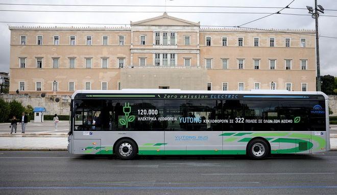 Αστικό ηλεκτρικό λεωφορείο μπροστά από τη Βουλή