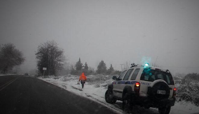 Τζιπ της Ελληνικής Αστυνομίας στην άκρη της εθνικής οδού Καλαμπάκας - Τρικάλων κατά την διάρκεια χιονόπτωσης, Άρχείο