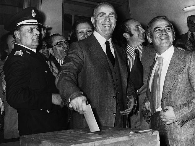 Ο Κωνσταντίνος Καραμανλής με το στενό του συνεργάτη και φίλο Τάκη Λαμπρία στις εκλογές του Δεκεμβρίου του 1974. Ο Λαμπρίας ήταν από τους ελάχιστους ανθρώπους που τολμούσαν να πουν ανέκδοτα στον αυστηρό Σερραίο