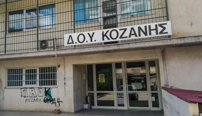 Κλειστή η εφορία Κοζάνης μετά την επίθεση άνδρα με τσεκούρι σε υπαλλήλους, Πέμπτη 16 Ιουλίου 2020