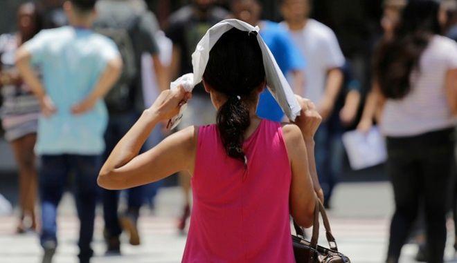 Υπό τον καυτό ήλιο, σε πολύ υψηλές θερμοκρασίες, είναι χρήσιμο να καλύπτουμε το δέρμα μας από την κορυφή έως τα νύχια.