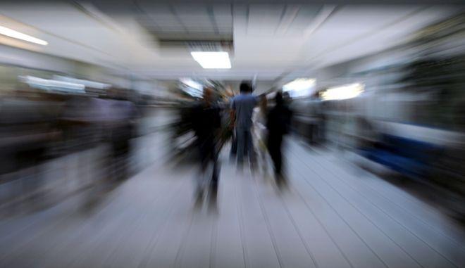 Συνωστισμός στα ταμεία της ΔΟΥ Τρικάλων απο νωρίς το πρωί της Πέμπτης 29/09/2011 απο πολίτες που πληρώνουν την έκτακτη εισφορά. (EUROKINISSI/ΘΑΝΑΣΗΣ ΚΑΛΛΙΑΡΑΣ)