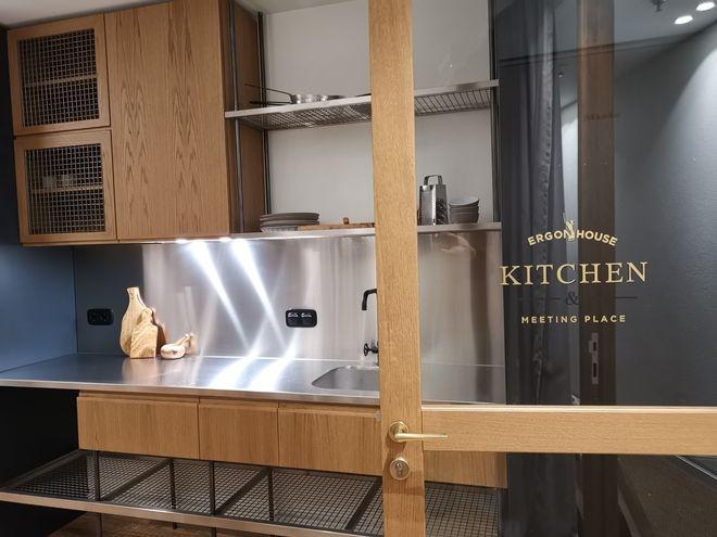 H κοινόχρηστη κουζίνα του Ergon House