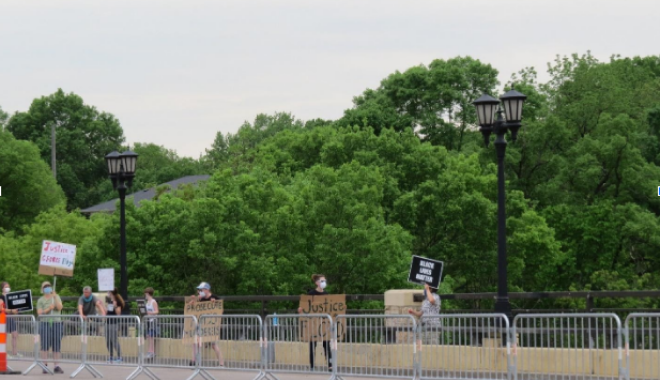 Μινεάπολη άνθρωποι κρατούν πλακάτ για τον George Floyd