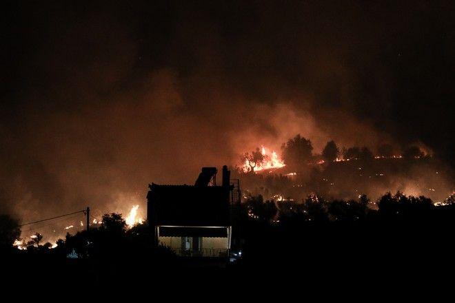 Νυχτερινή εικόνα από την πυρκαγιά σε δασική έκταση στην περιοχή Κεχριές της Κορίνθου  την Τετάρτη 22 Ιουλίου 2020