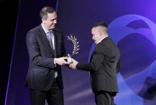 Ο επιχειρηματίας Γιώργος Δασκαλάκης βραβεύει τον Λευτέρη Πετρούνια στα βραβεία ΠΣΑΤ 2017