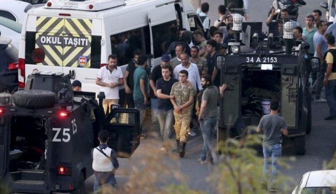 Παύθηκαν από τα καθήκοντά τους 900 αστυνομικοί στην Τουρκία