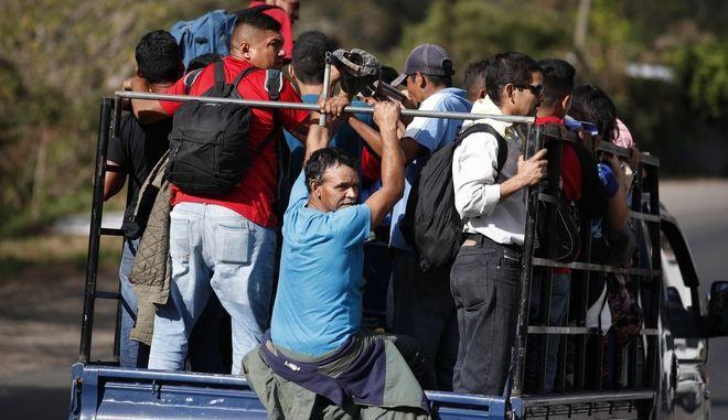 Καραβάνι μεταναστών.